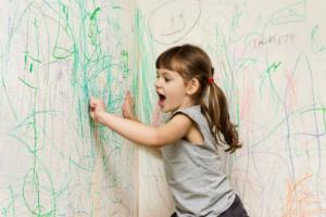 Ребенок рисует на обоях: что делать?