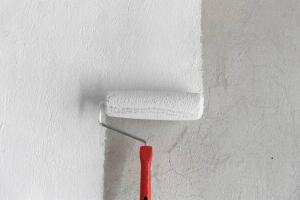 Грунтовка стен перед поклейкой обоев: нужно ли?
